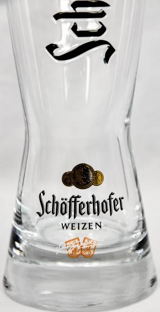 """Kronkorken im Glas Schöfferhofer Weizenbier Glas 0,5l /""""Reliefprägung Schwarz/"""""""