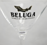 Beluga Vodka Cocktailglas mit dem bekannten Metallfisch. sehr edel...