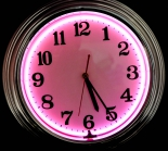 Wanduhr, Uhr, klassisches Ziffernblatt, Neonbeleuchtung, Aluminiumgehäuse