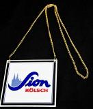Sion Kölsch, Emaile Zapfhahnschild an Goldkette