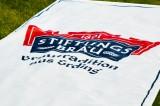 Erdinger Stiftungsbräu XXL Vertikal Banner an Holztrapez, weiße Ausührung